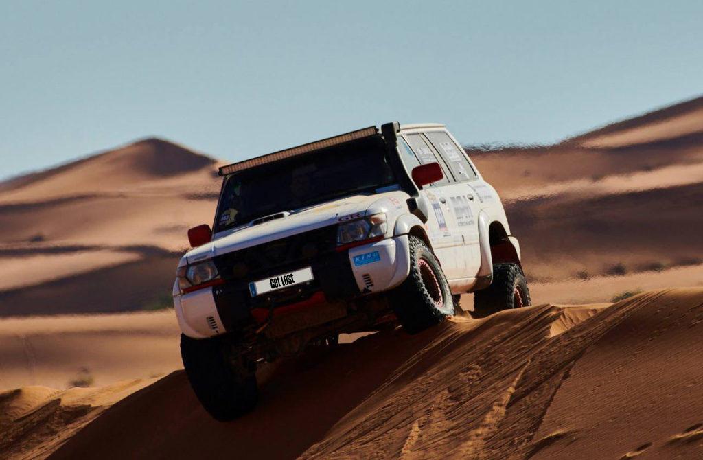 Un Renault 4 a pasar una zona de arena en Marruecos